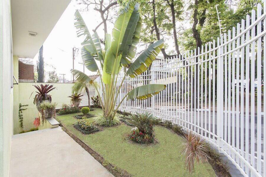 frente de casa com jardim residencial e portão branco Foto TT Interiores