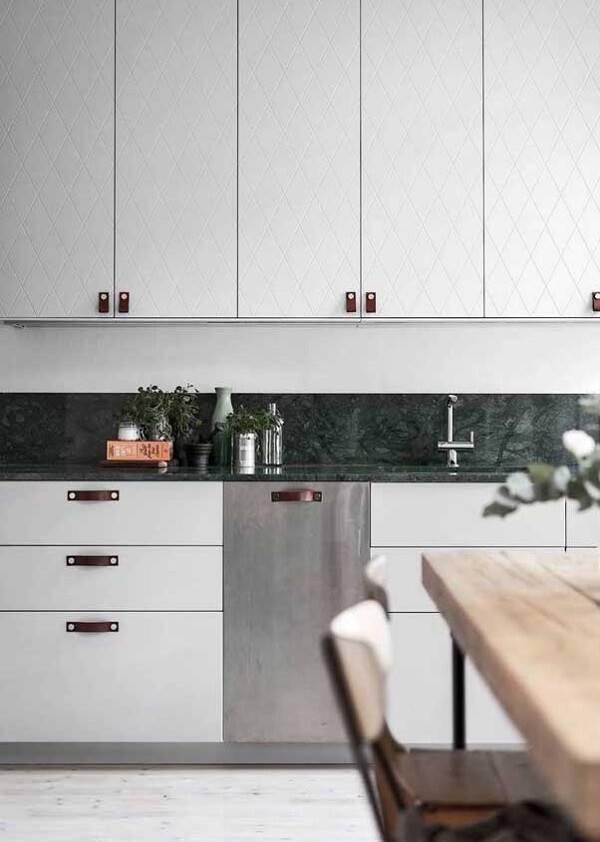Cozinha com armários em tom branco e bancada de granito verde ubatuba