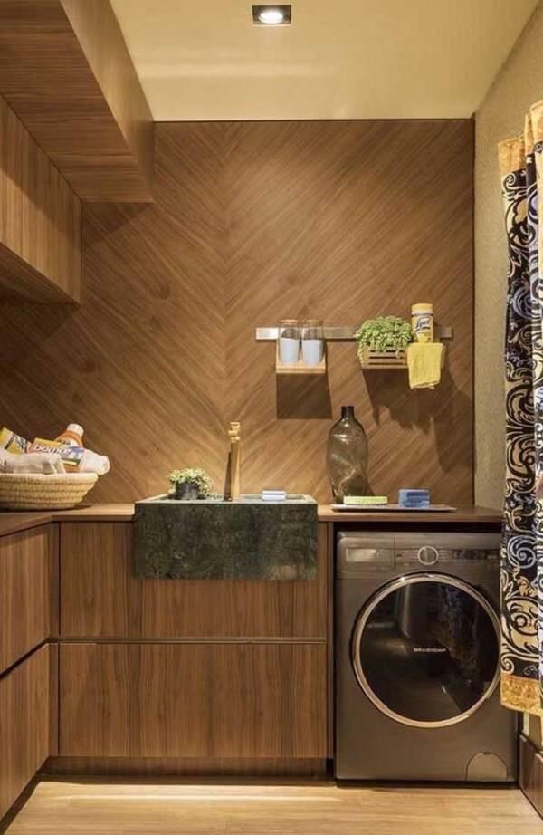 A cuba da lavanderia recebeu acabamento especial com granito verde ubatuba