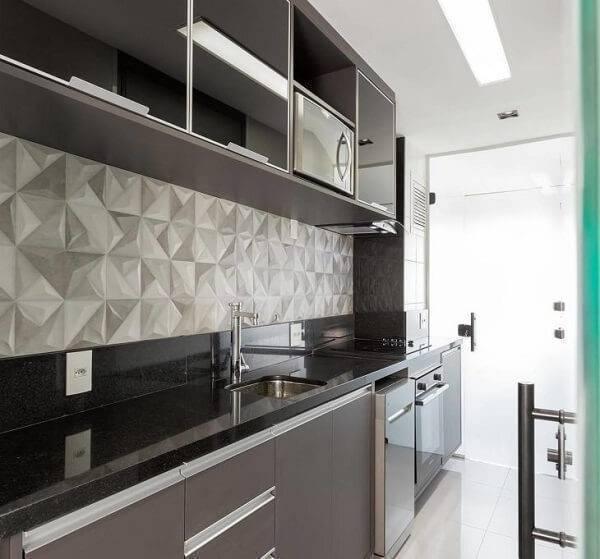 Cozinha com parede 3D e bancada de granito verde ubatuba