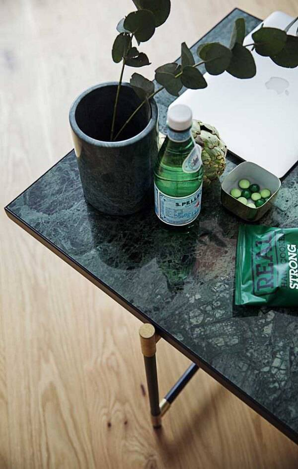 Mesa de centro de granito verde ubatuba e pés de ferro