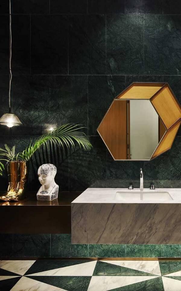 Banheiro com parede revestida de granito verde ubatuba