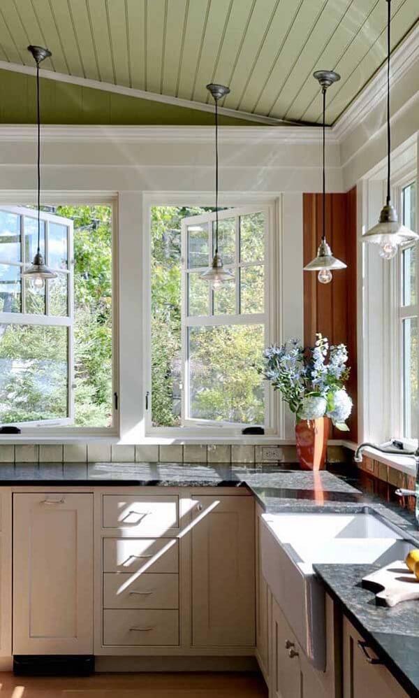 Cozinha iluminada com bancada de granito verde ubatuba
