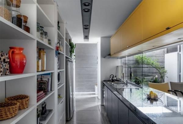 Cozinha com decoração descontraída e pia de granito