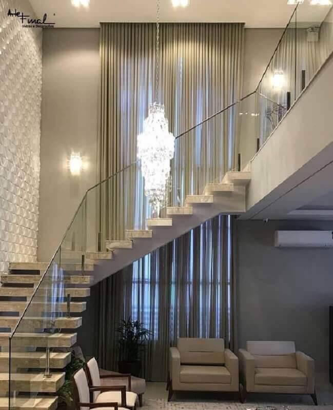 guarda corpo de alumínio e vidro para escada com lustre de cristal Foto Pinosy