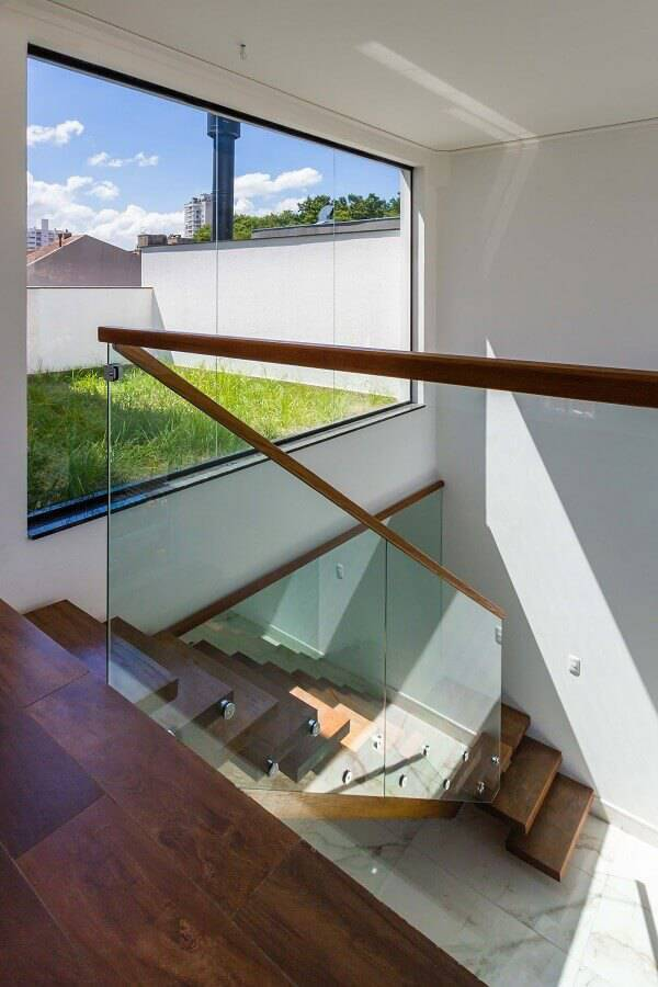guarda corpo de vidro com corrimão de madeira Foto Oficina Conceito Arquitetura