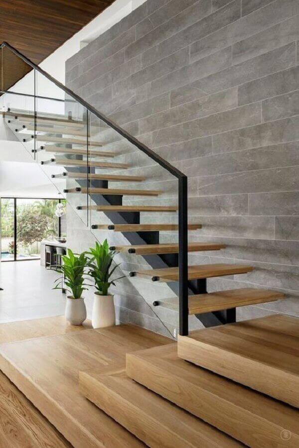 guarda corpo de vidro para escada com degraus de madeira Foto Homedee