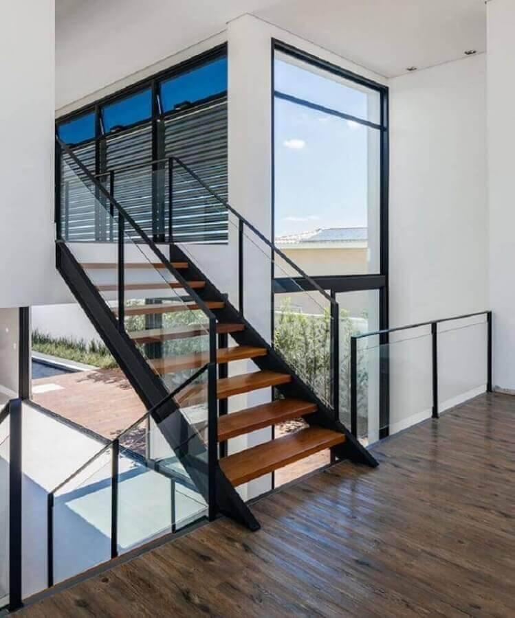 guarda corpo de vidro para escada com degraus de madeira e estrutura de ferro Foto 24.7 Arquitetura