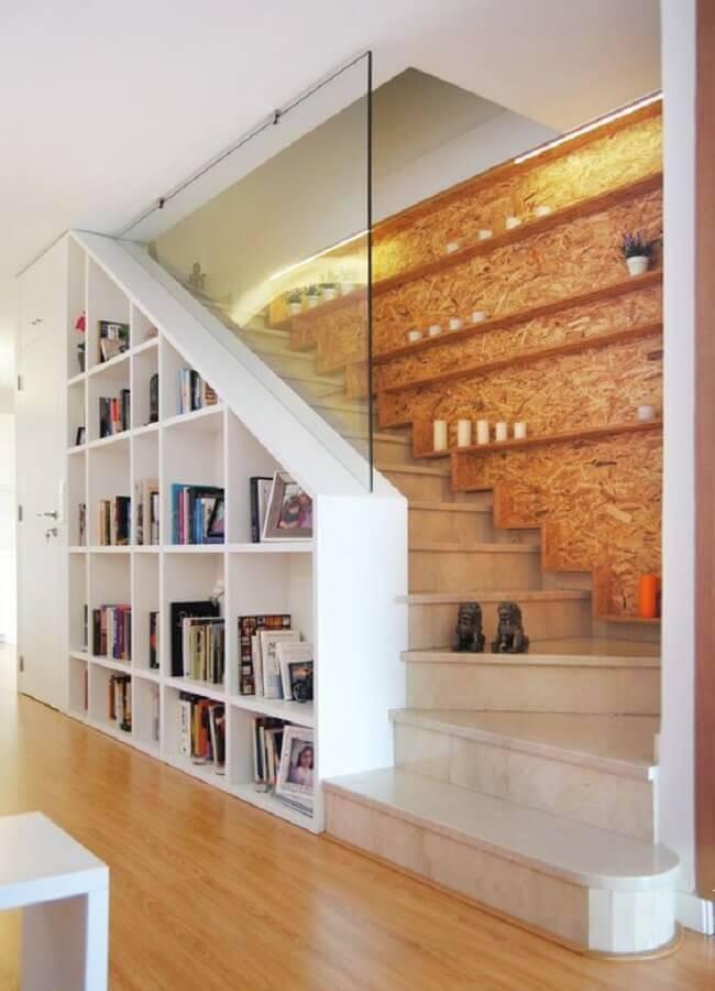 guarda corpo de vidro para escada com estante embaixo Foto Com2Shop