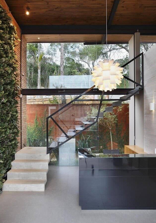 guarda corpo de vidro para escada em ambiente com jardim vertical Foto ArchDaily