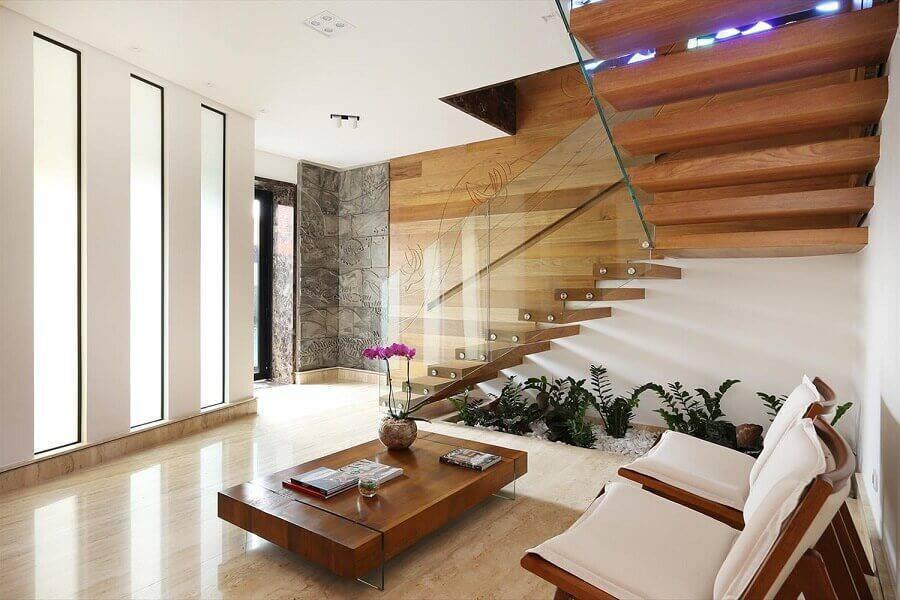 guarda corpo de vidro para sala com escada e parede de madeira Foto Studio BR