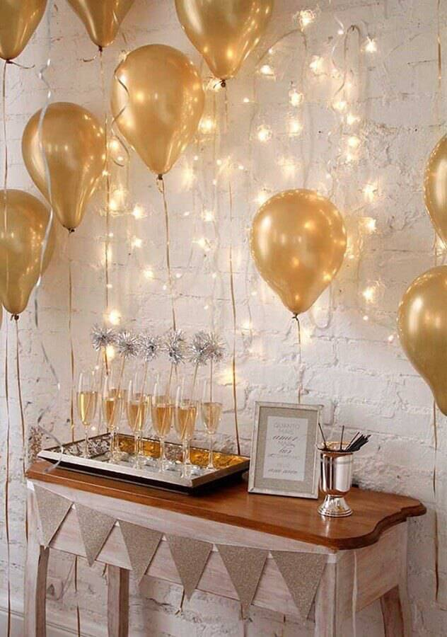 idea for a surprise party with golden balloons Foto Pinterest