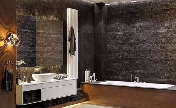 Banheiro rústico com parede feita de miracema