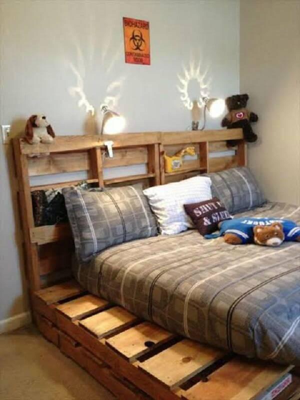 Cama e cabeceira de madeira para quarto de casal