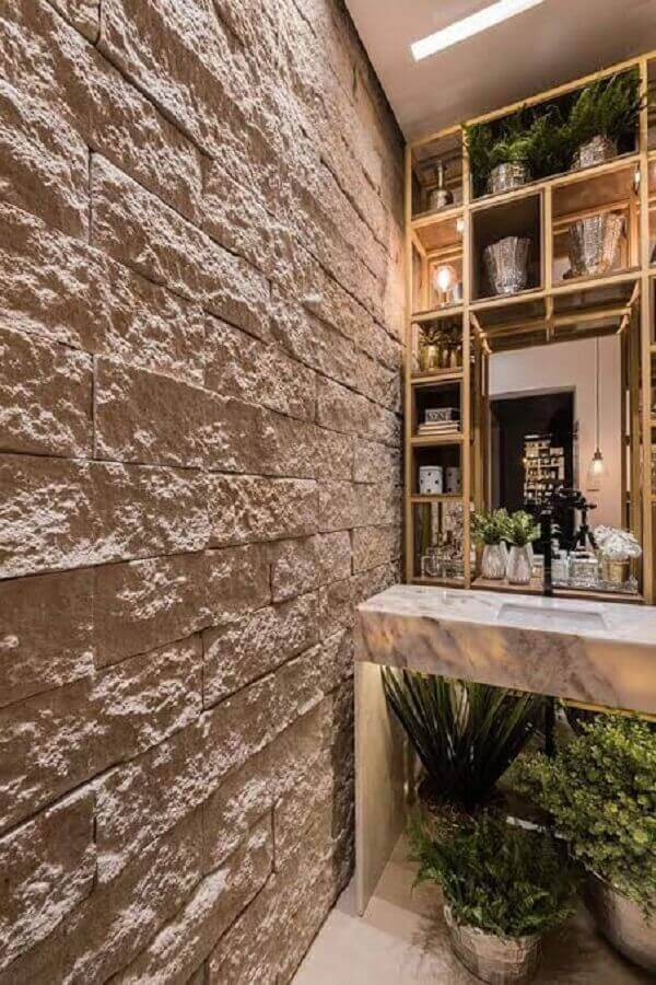 A parede do lavabo recebeu um acabamento especial com miracema branca