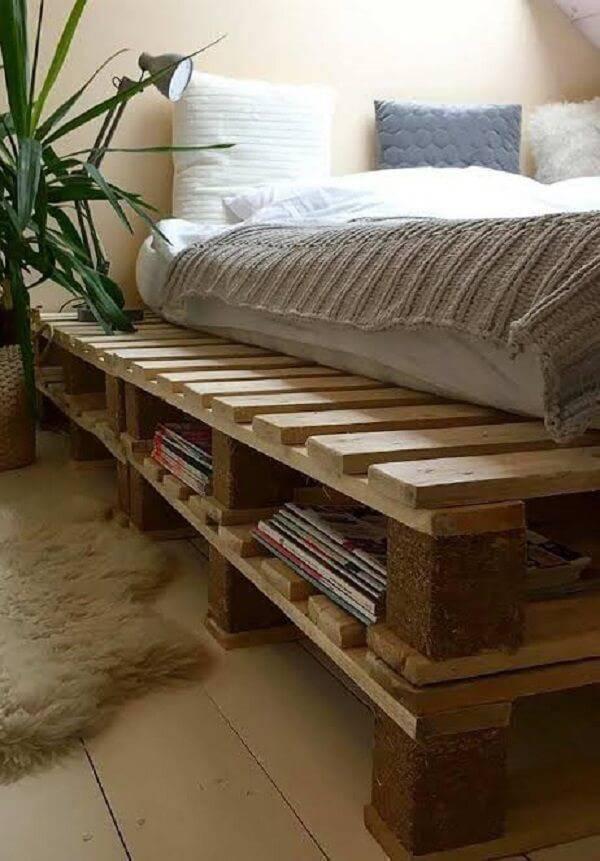 Utilize a estrutura da cama de pallet para guardar revistas, acessórios e objetos do quarto