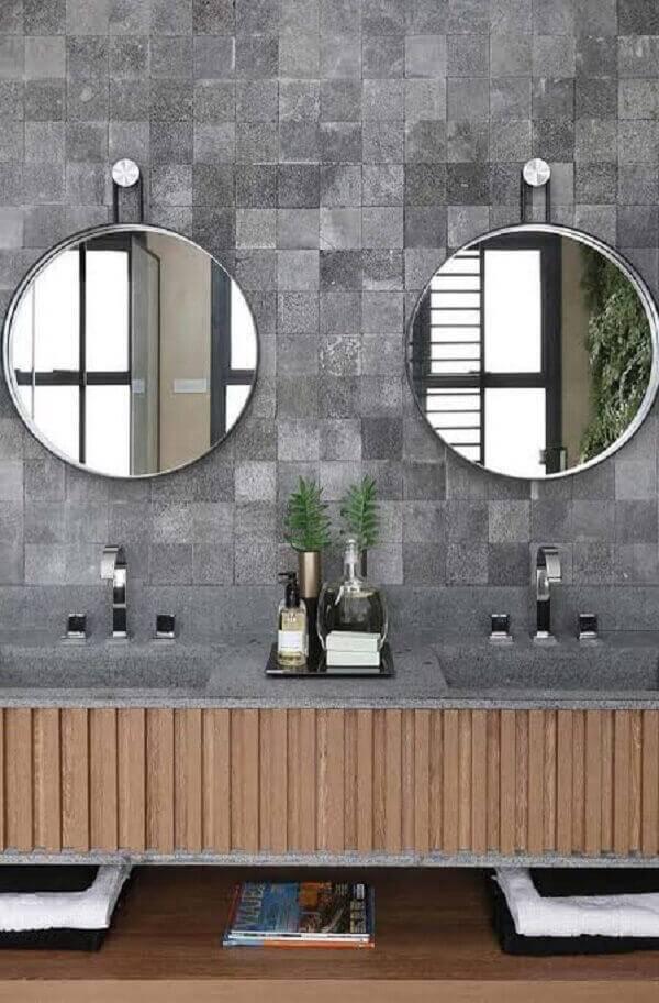 Banheiro espaçoso com decoração encantadora