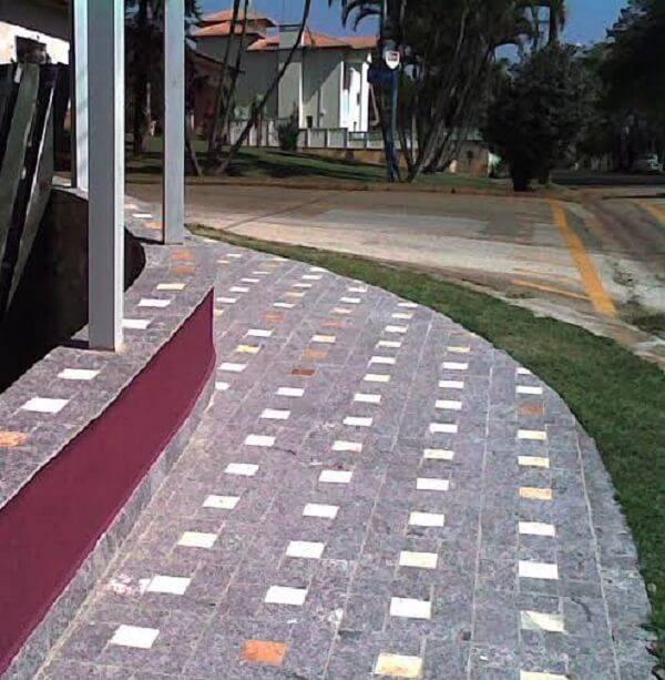 Calçada revestida com miracema
