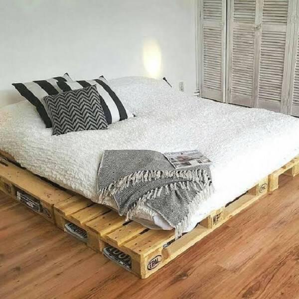 A estrutura da cama de pallet serve para guardar revistas e livros