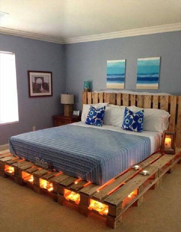 Quarto de casal com cama de pallet e luzes de pisca pisca