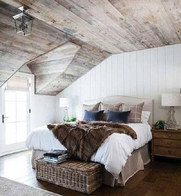 Quarto rústico de casal com piso de madeira