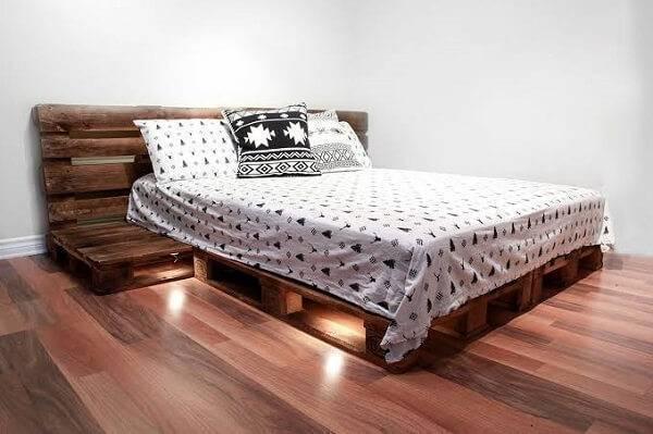 Quarto com cama de pallet e iluminação embutida