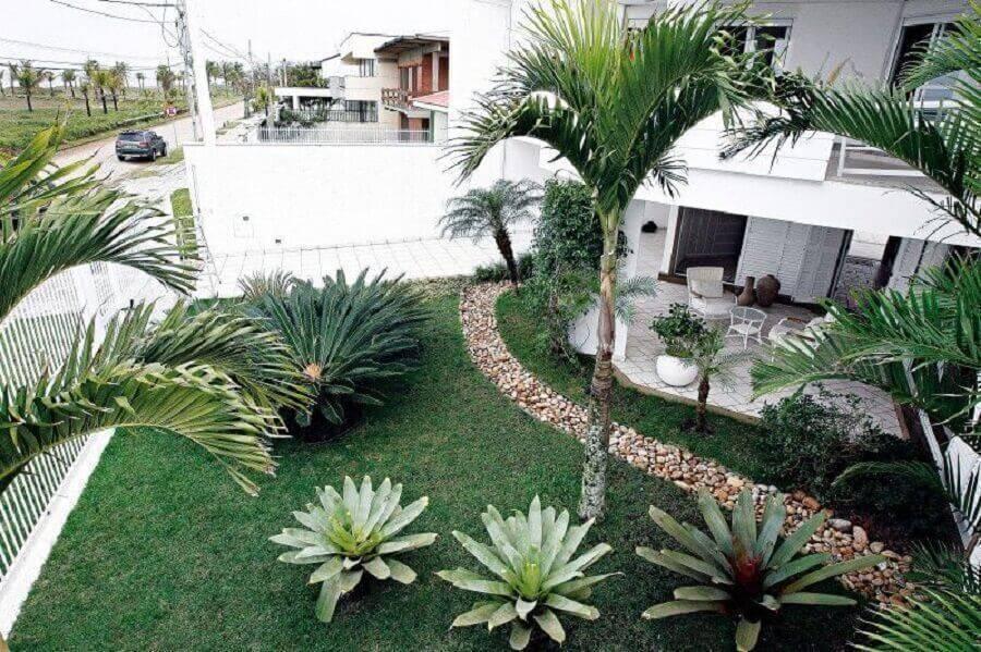 jardim residencial com caminho de pedras Foto Webcomunica