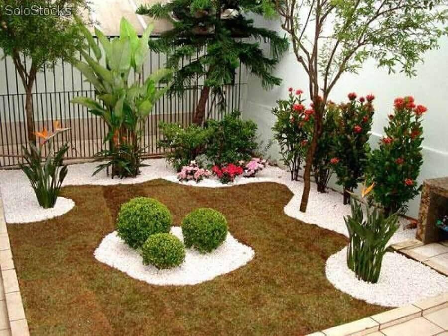 jardim residencial simples com flores e pedras Foto DaCasa