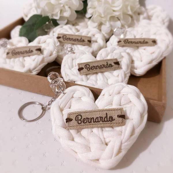 Lembrancinha de batizado feito de crochê