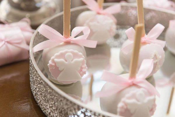 Doces personalizados como lembrancinha de batizado menina cor de rosa