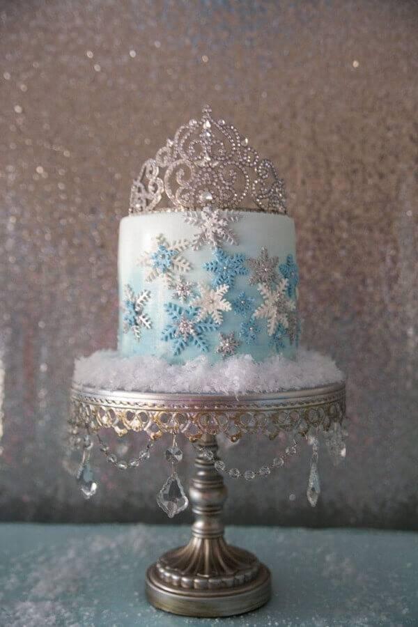 lindo bolo da frozen decorado com coroa no topo Foto Assetproject