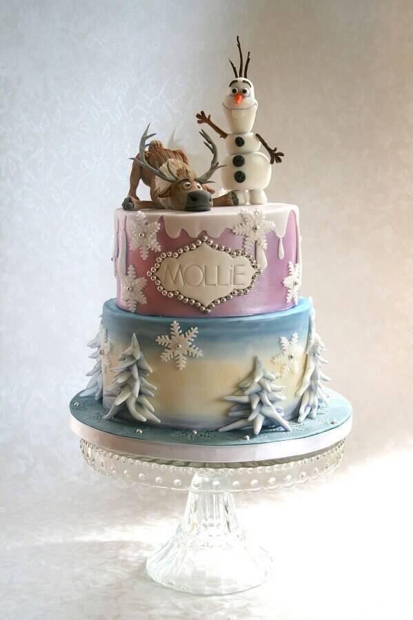 lindo bolo da frozen decorado com personagens no topo e detalhes metalizados Foto Festejando com Carinho