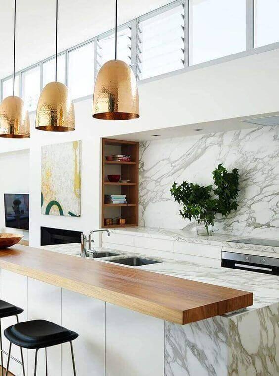 Lustre para cozinha dourado na cozinha moderna