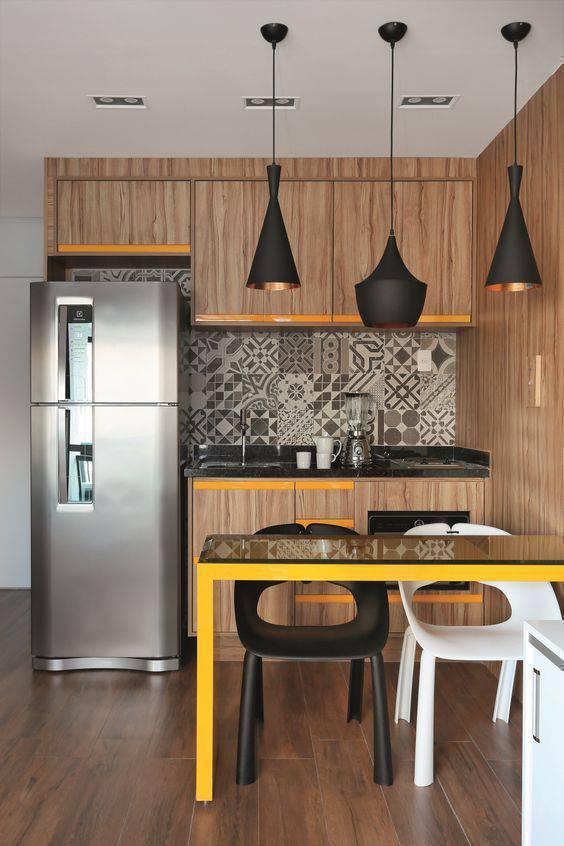 Cozinha pequena com 3 pendentes iluminando o balcão