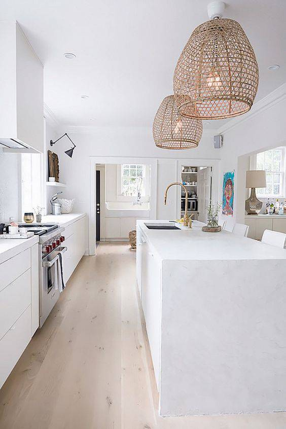 Cozinha clean com lustre aramado no balcão