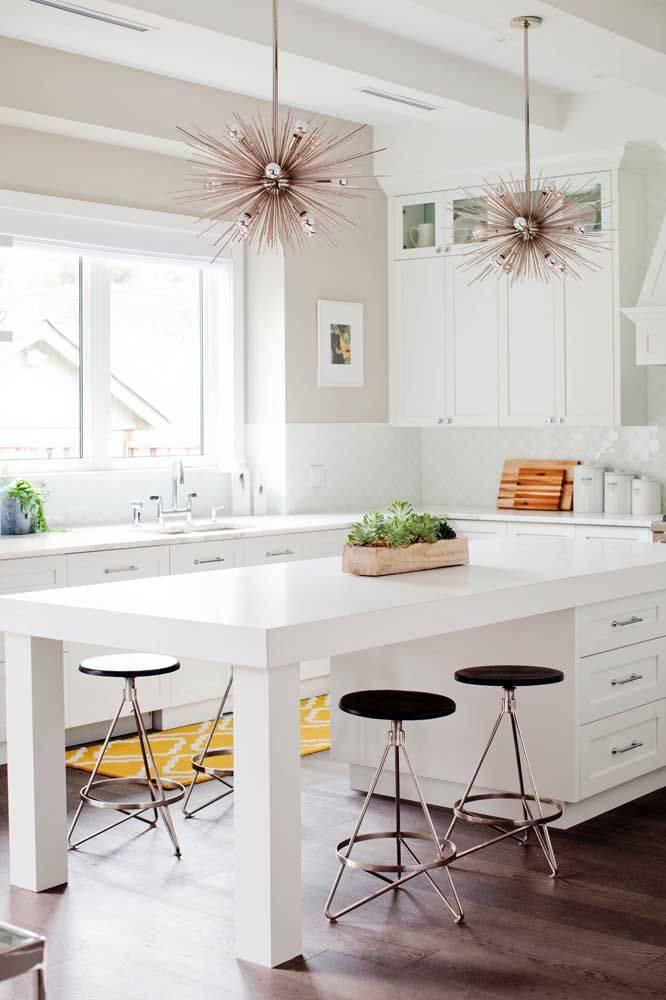Cozinha moderna com lustre rose gold