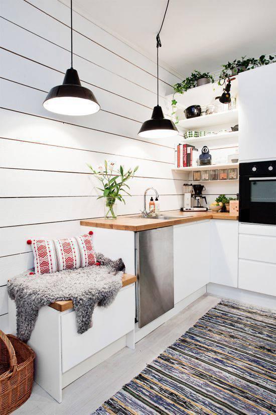 Cozinha moderna com lustre iluminando os cantos do ambiente