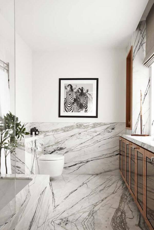 Mármore carrara no banheiro preto e branco