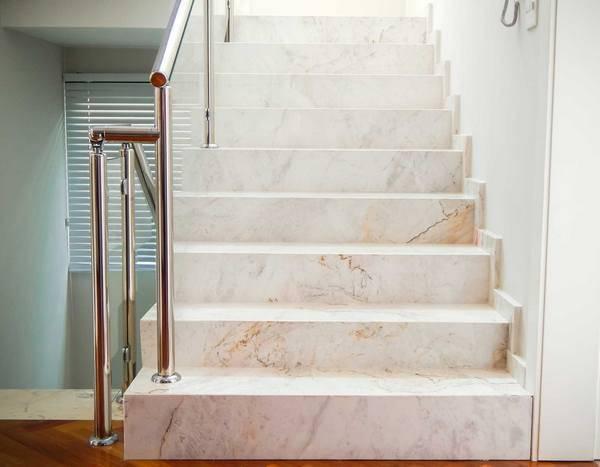 Mármore carrara bege na escada