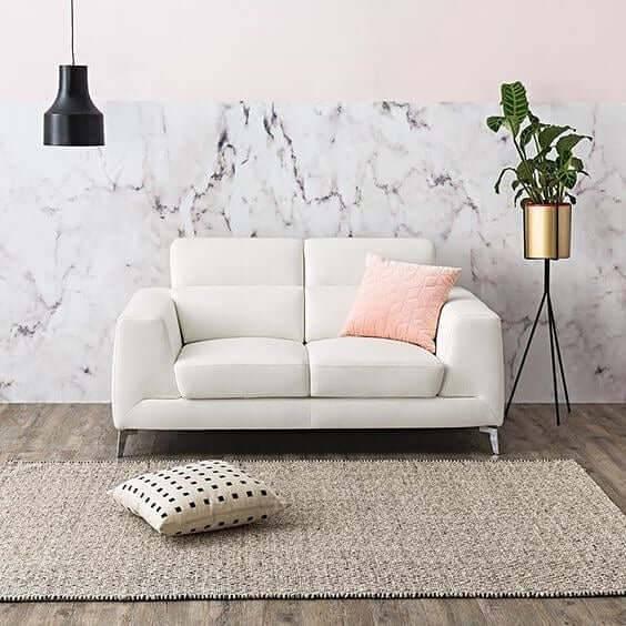 Sala de estar com parede decorara com mármore