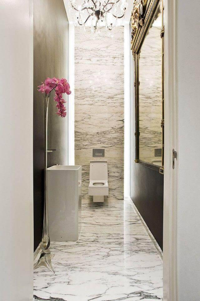 Banheiro revestido com mármore