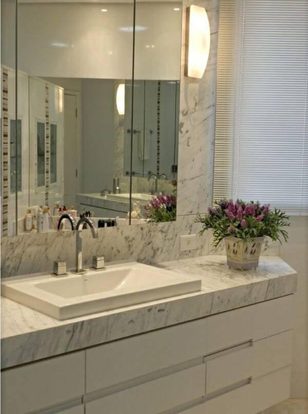 Mármore carrara no banheiro com espelho clean