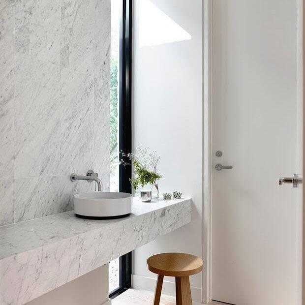 Banheiro mármore carrara clean