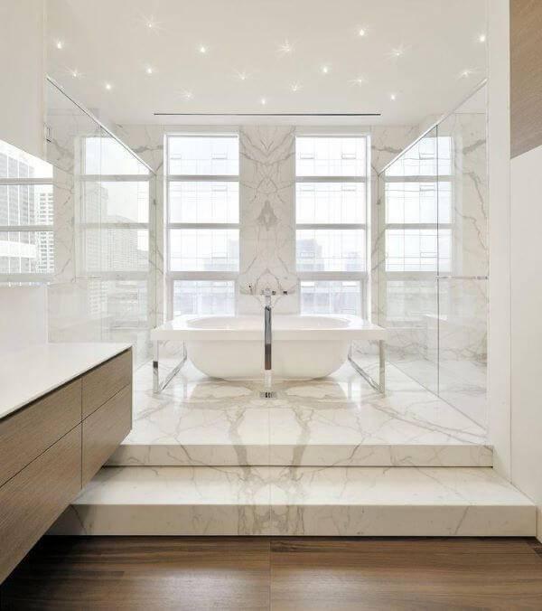 Banheiro com revestimento de mármore carrara