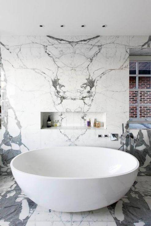 Mármore carrara na parede da banheira