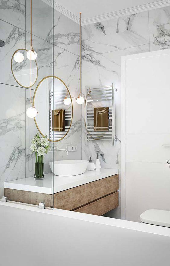 Mármore na parede do banheiro