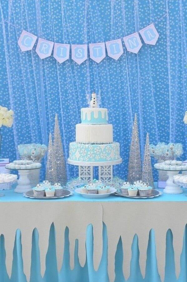 birthday table decorated with frozen 3 floor cake with olaf on top Foto Assetproject
