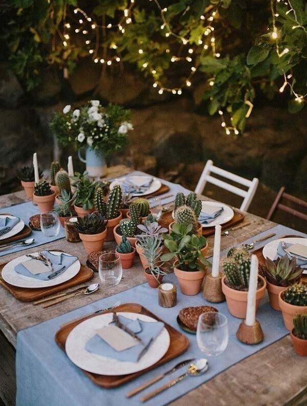 Diferentes tipos de cactos pequenos podem decorar o centro da mesa de jantar