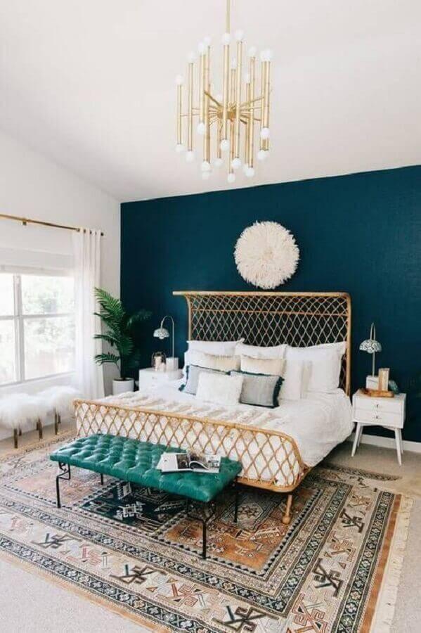 modelos de quarto de casal amplo com parede azul e lustre moderno Foto Domino