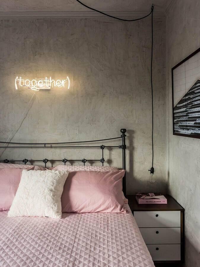 modelos de quarto feminino decorado com parede de cimento queimado e cama de ferro Foto You Can Find